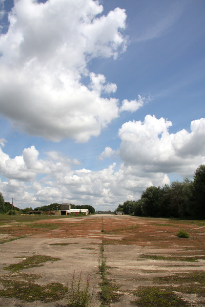 East-West runway, Stanton Harcourt (portrait).JPG