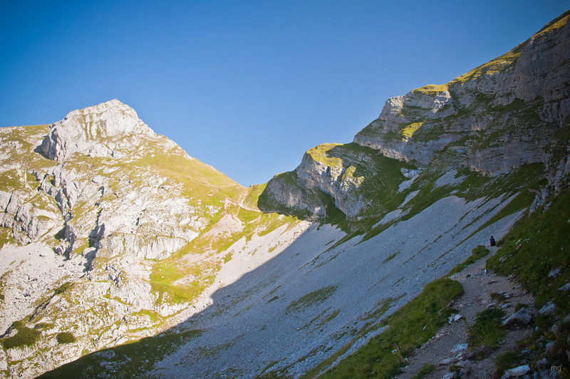 links Hochiss, ab dem Joch in der Mitte rechts die Stufen hinauf geht der Spieljoch-Klettersteig
