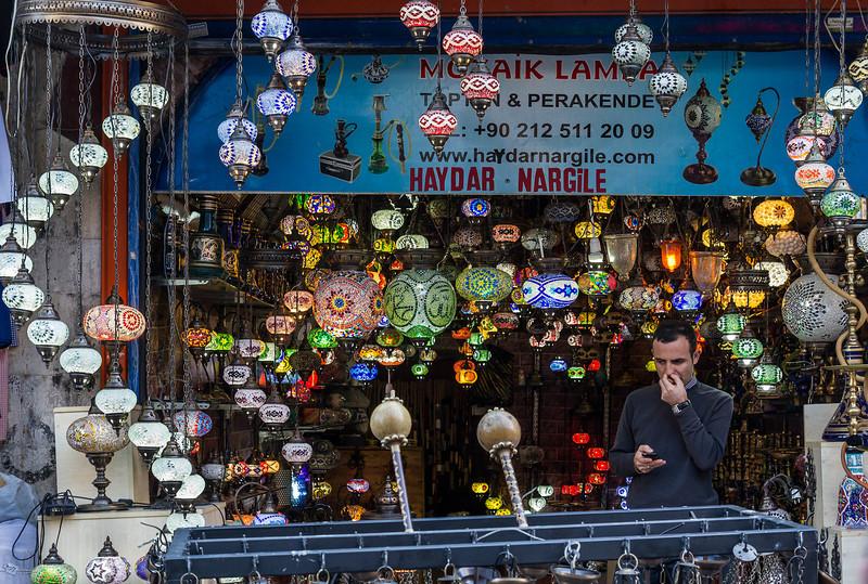 Istanbul, Lampenladen in Straße vor Rüstem Pascha Moschee