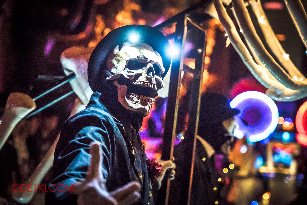 Halloween Horror Nights 6 - March of the Dead / Death March - Skeleton gentleman marches on