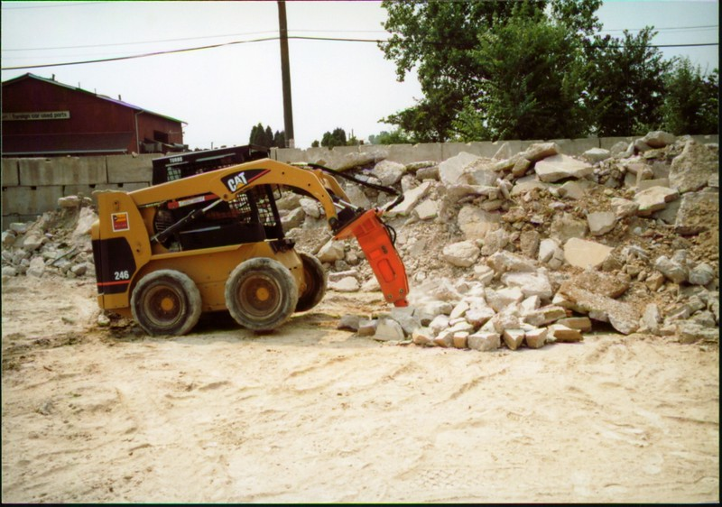 NPK E203 hydraulic hammer on Cat skid steer (Carr Bros 7-23-01) (17).JPG