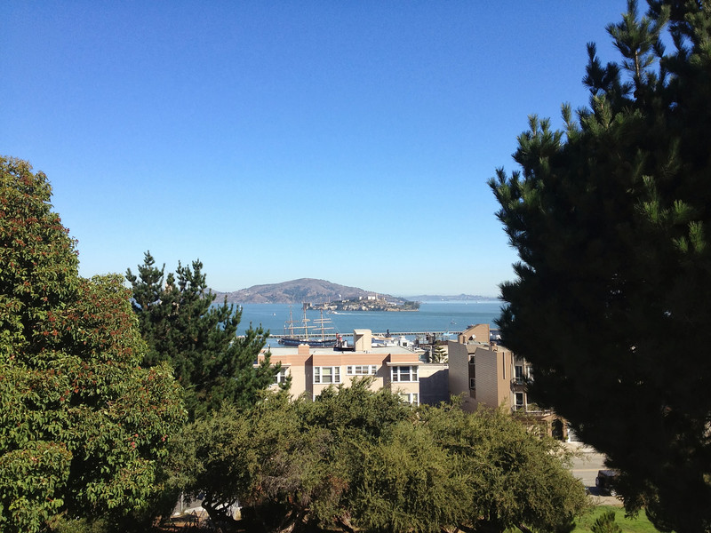 Arriba, cerca de Lombard st. Alcatraz en el fondo
