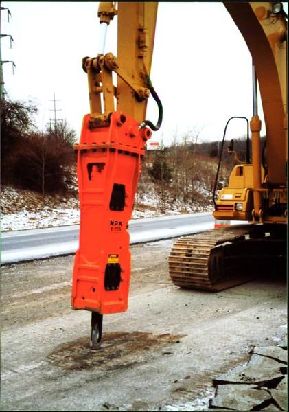 NPK E208 hydraulic hammer on Cat excavator - road construction at 83 & I-71 in Strongsville 12-15-00 (3).JPG