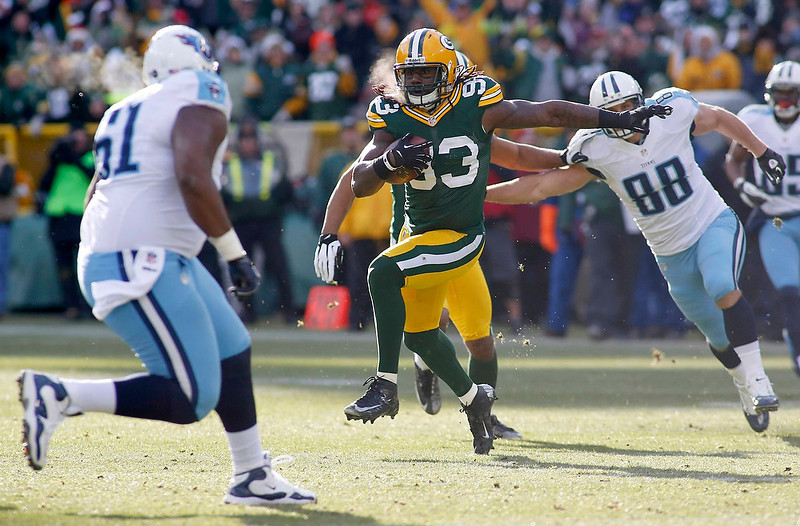 . Green Bay Packers linebacker Erik Walden (C) returns the ball after intercepting it from the Tennessee Titans during the first half of their NFL football game in Green Bay, Wisconsin December 23, 2012. REUTERS/Darren Hauck
