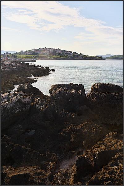 Pohled z pláže Bilin Zal zpátky na Lumbardu