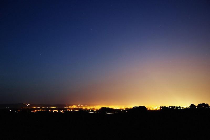 Kdybyste někdy přemýšleli, proč toho ve městech na obloze moc nevidíte, tak si vzpomeňte na tuhle fotku...