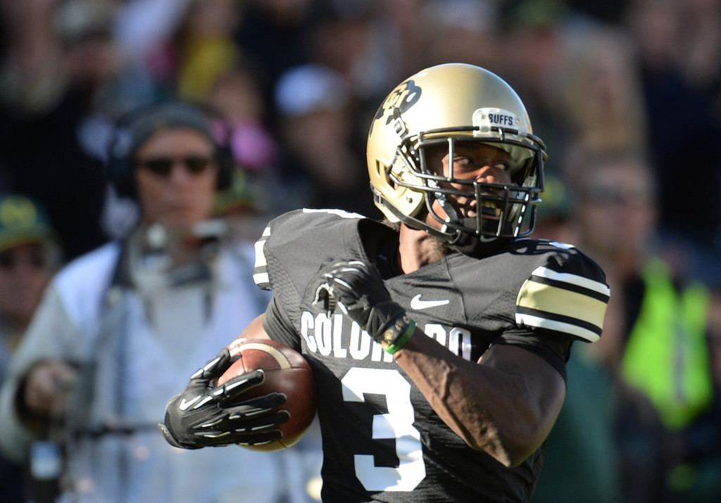. WR D.D. Goodson of University of Colorado (3) catches the pass from WR Paul Richardson (6) and scores a touchdown in the 1st quarter against University of Oregon at Folsom Field. Boulder, Colorado. October 5, 2013. (Photo by Hyoung Chang/The Denver Post)