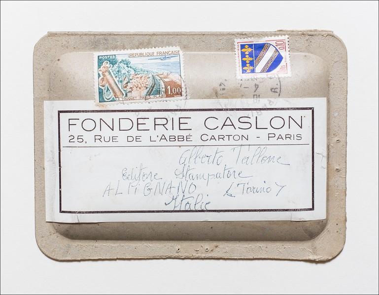Confezione postale in cartone goffrato entro la quale la Fonderie Caslon di Parigi inviava le piccole ordinazioni di poche lettere o rappezzi richiesti con urgenza.