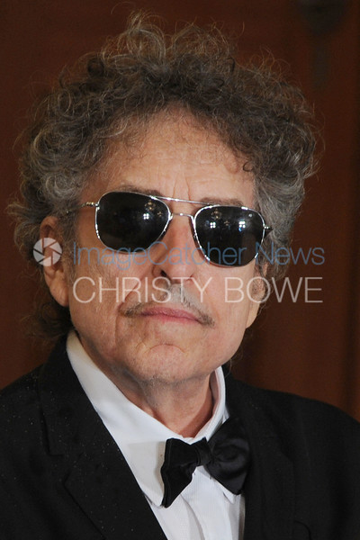 Bob Dylan maintains  his cool          during the Presidential Medal of Freedom Ceremony.
