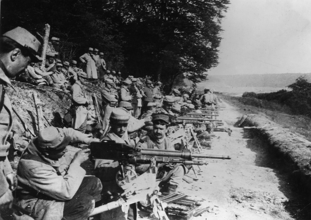. July 1915:  French soldiers at the front line are armed  with the Mitrailleuse St Etienne 1907 machine gun.  (Photo by Topical Press Agency/Getty Images)