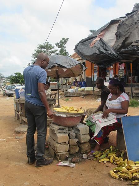 011_En route. Entre Abidjan et Aniassué. Bananes Plantains Grillées.JPG