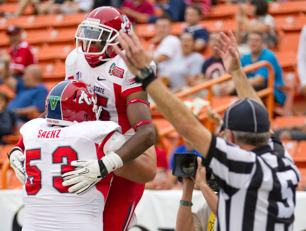 . Fresno State offensive linesman Mike Saenz (53) picks up wide receiver Davante Adams (15) after Adams\' touchdown reception in the third quarter against SMU in the Hawaii Bowl, an NCAA college football game Monday, Dec. 24, 2012, in Honolulu. (AP Photo/Eugene Tanner)