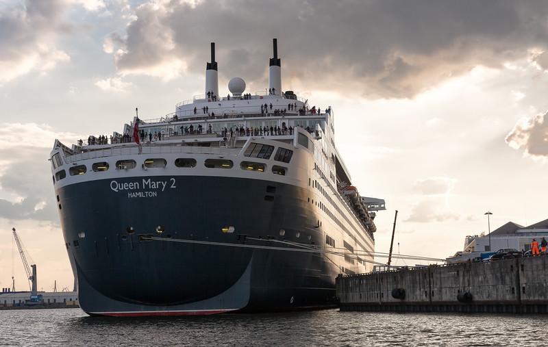 Queen Mary 2 am Liegeplatz in der Hafencity Hamburg