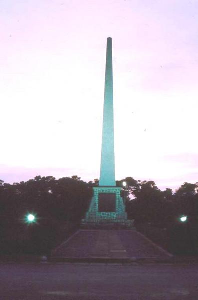 Dundo -  Obelisco ao anoitecer