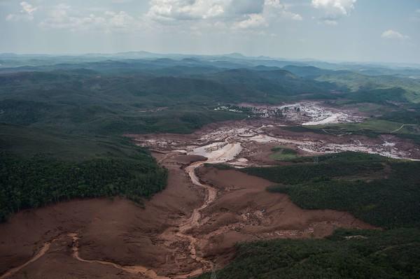 2015-11-06 Dam breaks in Brazil