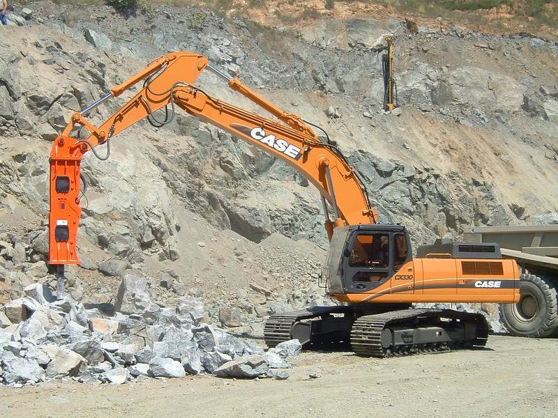 NPK GH18 hydraulic hammer on Case CX330 excavator (6).JPG