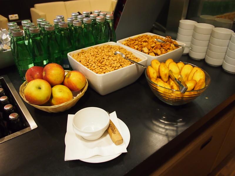 P7134539-club-lounge-food.JPG