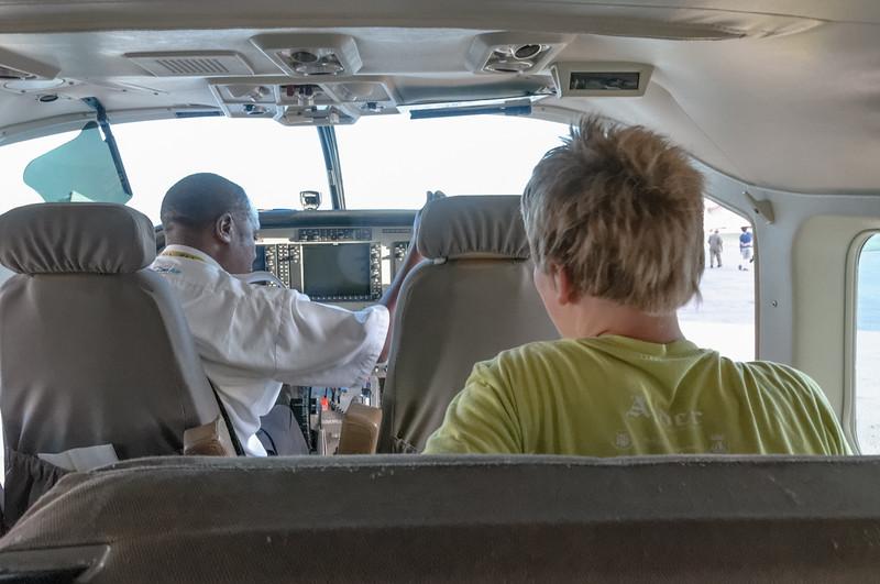 Oskar möchte später unbedingt Pilot werden. Der Pilot bemerkte sein Interesse und hat ihn kurzerhand zum Copiloten befördert.