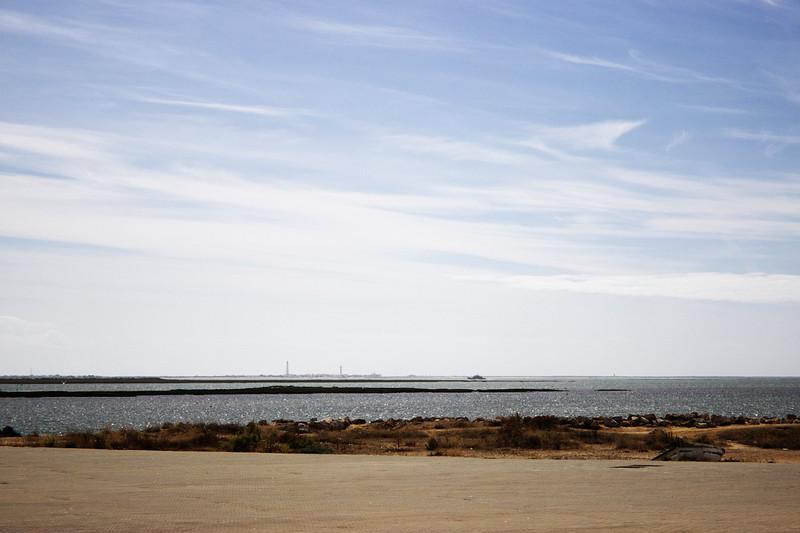 Náš dnešní cíl - ostrov Ilha de Farol, respektive maják na něm, který mu dal jméno. Vloni jsme ho fotili od Fara.