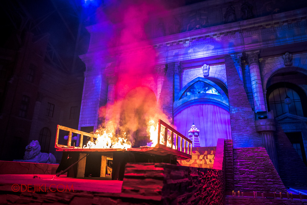 Halloween Horror Nights 6 - March of the Dead scare zone / The Resurrection show - The Casket on fire