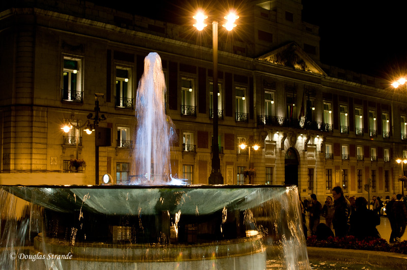 Mon 3/07 in Madrid: Fountain at night
