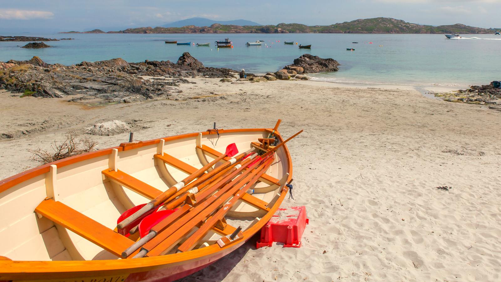 苏格兰见闻,海边的小红船