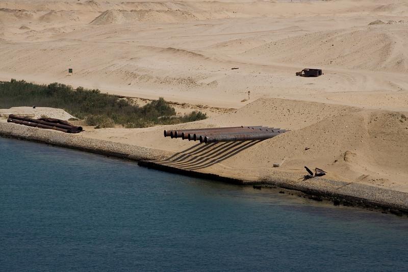 Pipeline beside the Suez.jpg