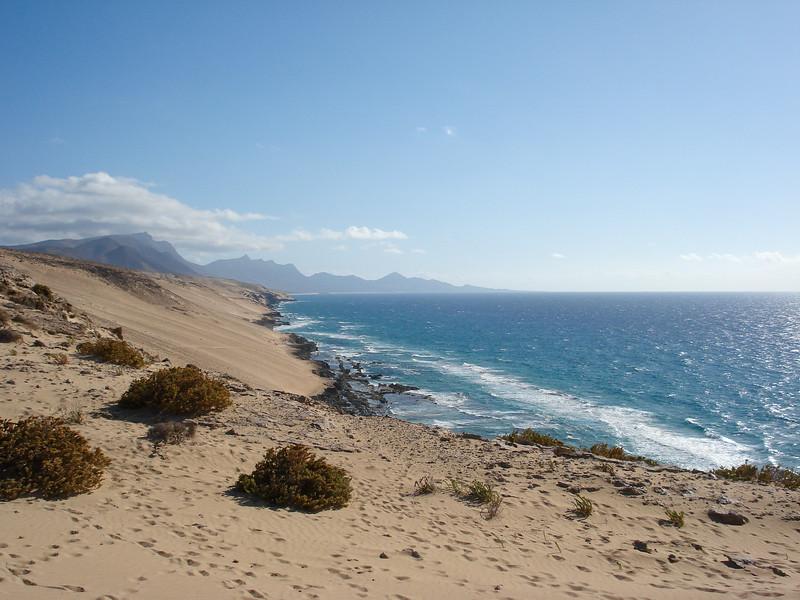 De duinen op de landengte met hun inheemse duinenvegetatie.JPG
