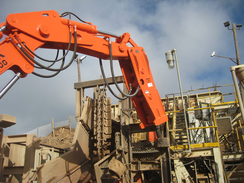 NPK B400 pedestal boom system with GH6 hydraulic hammer-rock breaking in quarry (1N7138) (2).jpg