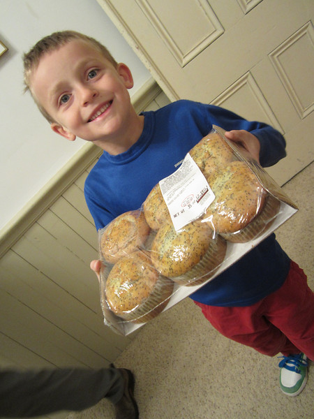 EDDIE PRESENTS -- Fresh-baked muffins. (Okay, maybe one-day-old muffins... Take that back: Week-old mass-produced, shipping center-distributed seasame seed, biscuit-ish hairballs). Yet so well presented!