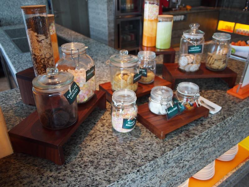 P4104900-lounge-snacks.JPG