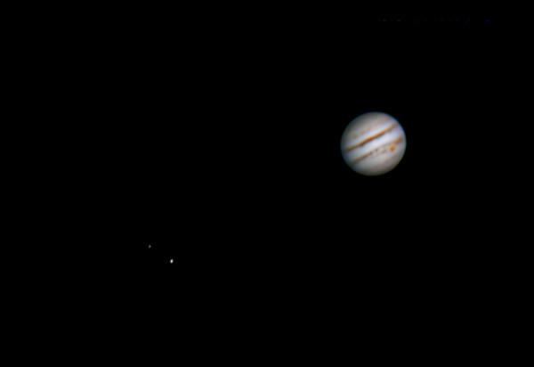 Jupiter, vlevo Europa (nahoře) a Ganymede (dole), 1.3.2014 Olomouc cca. 23:45 SEČ. SkyWatcher 130/650, Barlow 3x, MS Lifecam HD500, kompozitní stack cca. 1500 snímků.