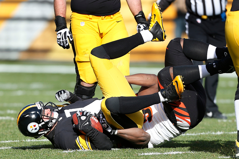 Description of . Pittsburgh Steelers quarterback Ben Roethlisberger (7) is sacked by Cincinnati Bengals defensive tackle Geno Atkins in the first quarter of their NFL football game on Sunday, Dec. 23, 2012, in Pittsburgh. (AP Photo/Keith Srakocic)