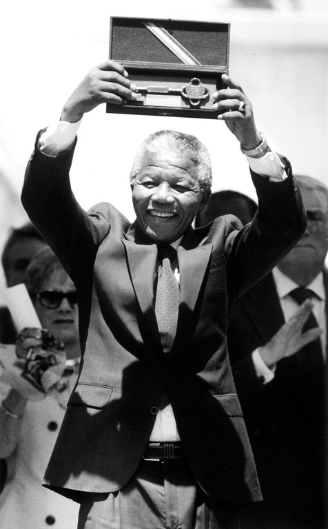 . June 1990: Nelson Mandela holds the key to the City of Los Angeles during a rally at City Hall.  Daily News file photo
