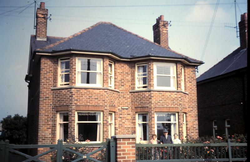 1959-9-18 (38) Mavis, Mr Smales & Miss Shelton @ Driffield, East Yorshire, England.JPG