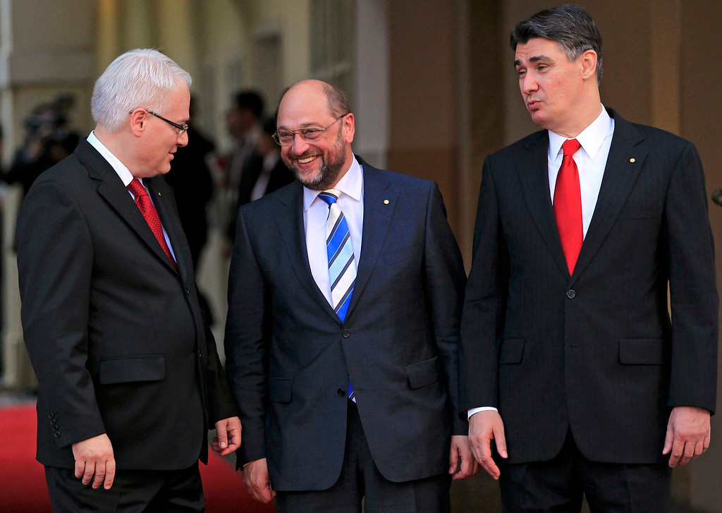 . Croatia\'s President Ivo Josipovic (L) and Prime Minister Zoran Milanovic (R) welcome European Parliament President Martin Schulz (C) at the celebration of the accession of Croatia to the European Union at St. Mark\'s Square in Zagreb June 30, 2013. Croatia becomes the 28th member of the European Union at midnight, a milestone that caps the Adriatic republic\'s recovery from war but is tinged with anxiety over its weak economy and the state of the bloc it joins.  REUTERS/Antonio Bronic