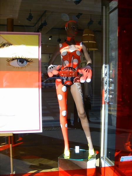 Статуя в магазине возле Лувра