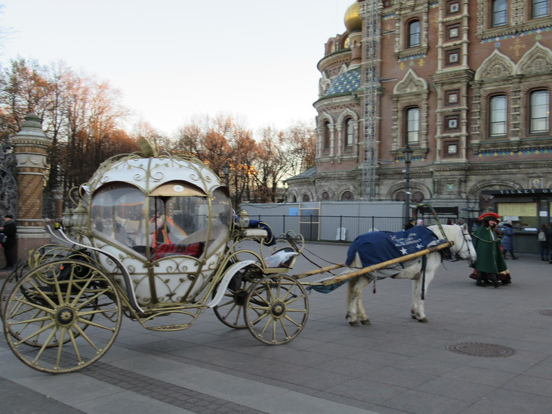"""Royal"" carriage and royalty impersonators outside of the Church of the Savior on Spilled Blood"
