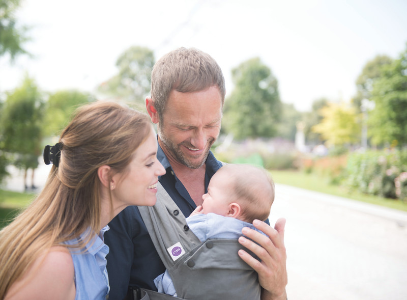 Izmi_Baby_Carrier_Mid_Grey_Lifestyle_Front_Carry_Mum_And_Dad_Cropped.jpg