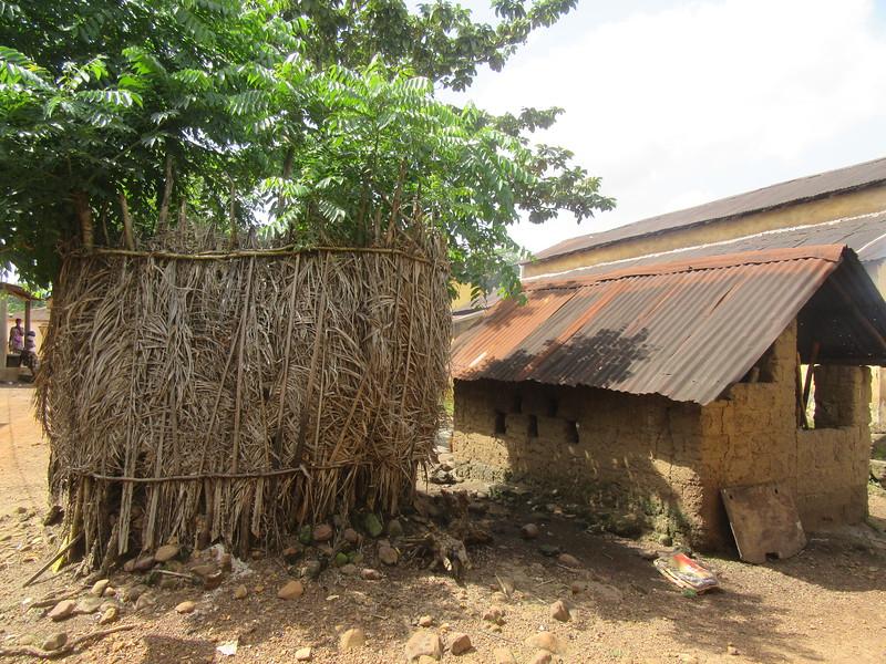 018_Dubreka. Le village Bondabon. A gauche (salle de lavage). A droite (toilette).JPG