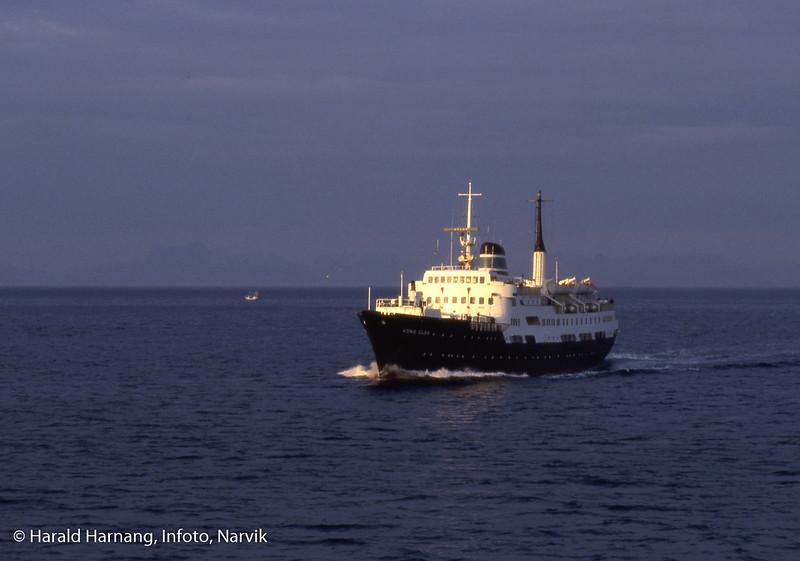 Hurtigruteskip Kong Olav, møtende, muligens med Lofotfjell i bakgrunnen.
