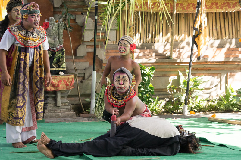 Barong dance is injected with some humor. The servants of Dewi Kunti (right) and Patih (left) kill the monkey who tries to attack them