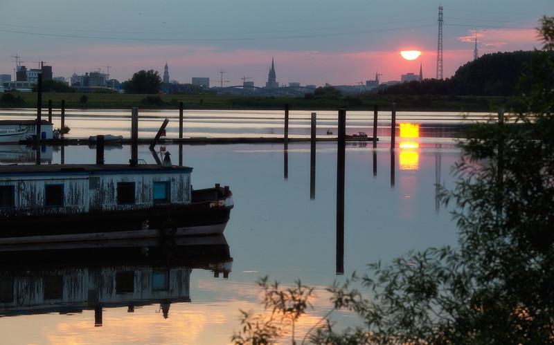 Holzhafen Hamburg mit untergehende Sonne und Skyline von Hamburg
