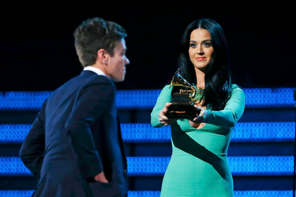 Description of . Presenter Katy Perry holds out the Grammy award for best new artist to Nate Ruess, singer from Fun, at the 55th annual Grammy Awards in Los Angeles, California, February 10, 2013.      REUTERS/Mike Blake