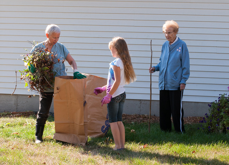 2013.09.27 - Illinois trip to see Grandma. Weeding.