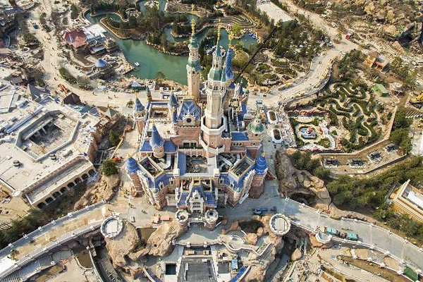 Noch im Bau: Der Disneyland Park in Shanghai / 270316 ***  Mar 27, 2016 - Shanghai, China - Aerial view of the Shanghai Disneyland Park under construction on March 27, 2016 in Shanghai, China. Shanghai Disneyland Park sold ticket from Monday and would open on June 16. ***
