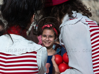 20121118 Jerusalem Theatre for Performing Arts hugs children from the south