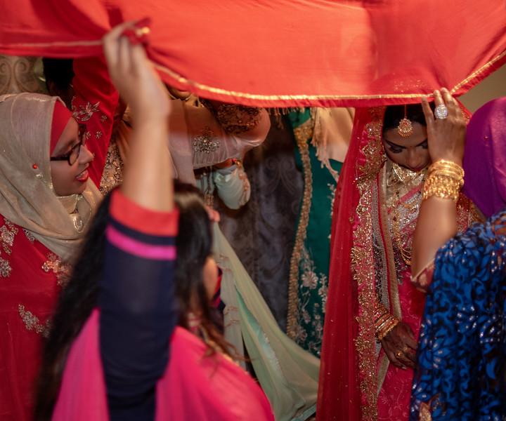 Miah under saris II.jpg
