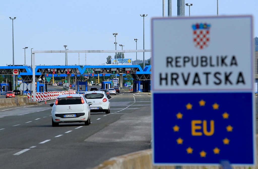 . A closed Croatian border crossing is seen at Bregana on July 1, 2013. Croatia became the European Union\'s 28th member on Monday and its roughly 1,400 km of land border with non-EU neighbors Bosnia, Serbia and Montenegro will now become the bloc\'s new external frontier. Croatian and Slovenian border police now work together.  REUTERS/Antonio Bronic