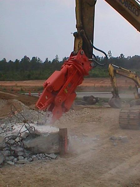 NPK M20G concrete pulverizer on Kobelco excavator-concrete crushing (1).JPG